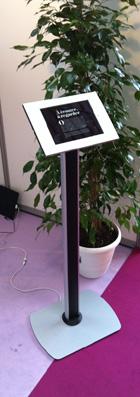 exemple photo d'un grand pied pour sécurisé une tablette apple ipad 2