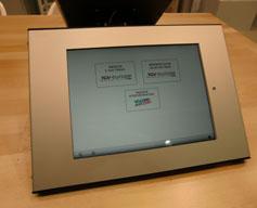 support sécurise pour ipad placeacutee sur un comptoir en bois