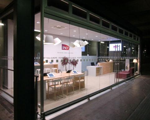 utilisation tablette ipad pour un desk d'acceuil dans une boutique rail europe