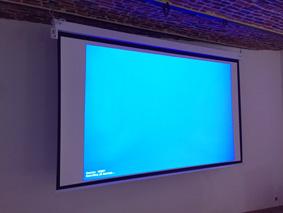 photo_installation_toile_projection_video_electrique_salle_de_conference-Visio-id